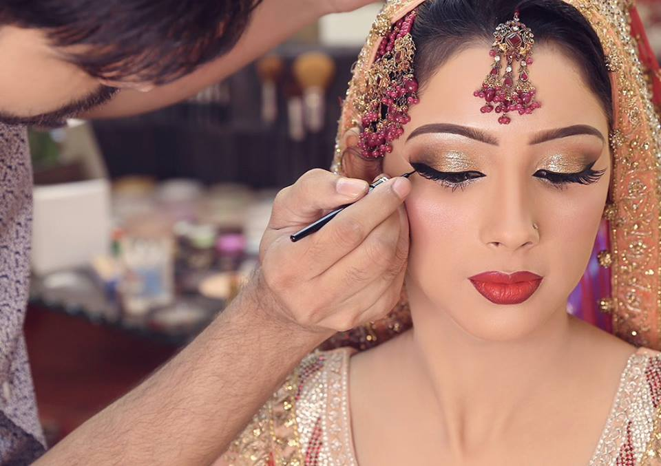 the main features of make up art cosmetics and its products Clientele & interests cosmetics companies cater predominantly to the needs of a female audience still, an increasing number of men is starting to look into beauty solutions and choose high quality skincare, haircare and other beautifying products.