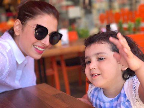 Beautiful Ayeza khan with Her Cute Daughter Hoorein